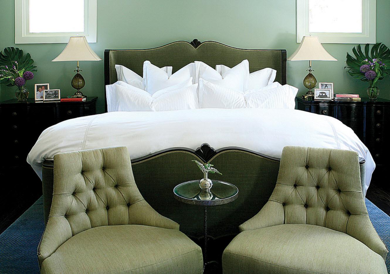 Кресла в изножье кровати