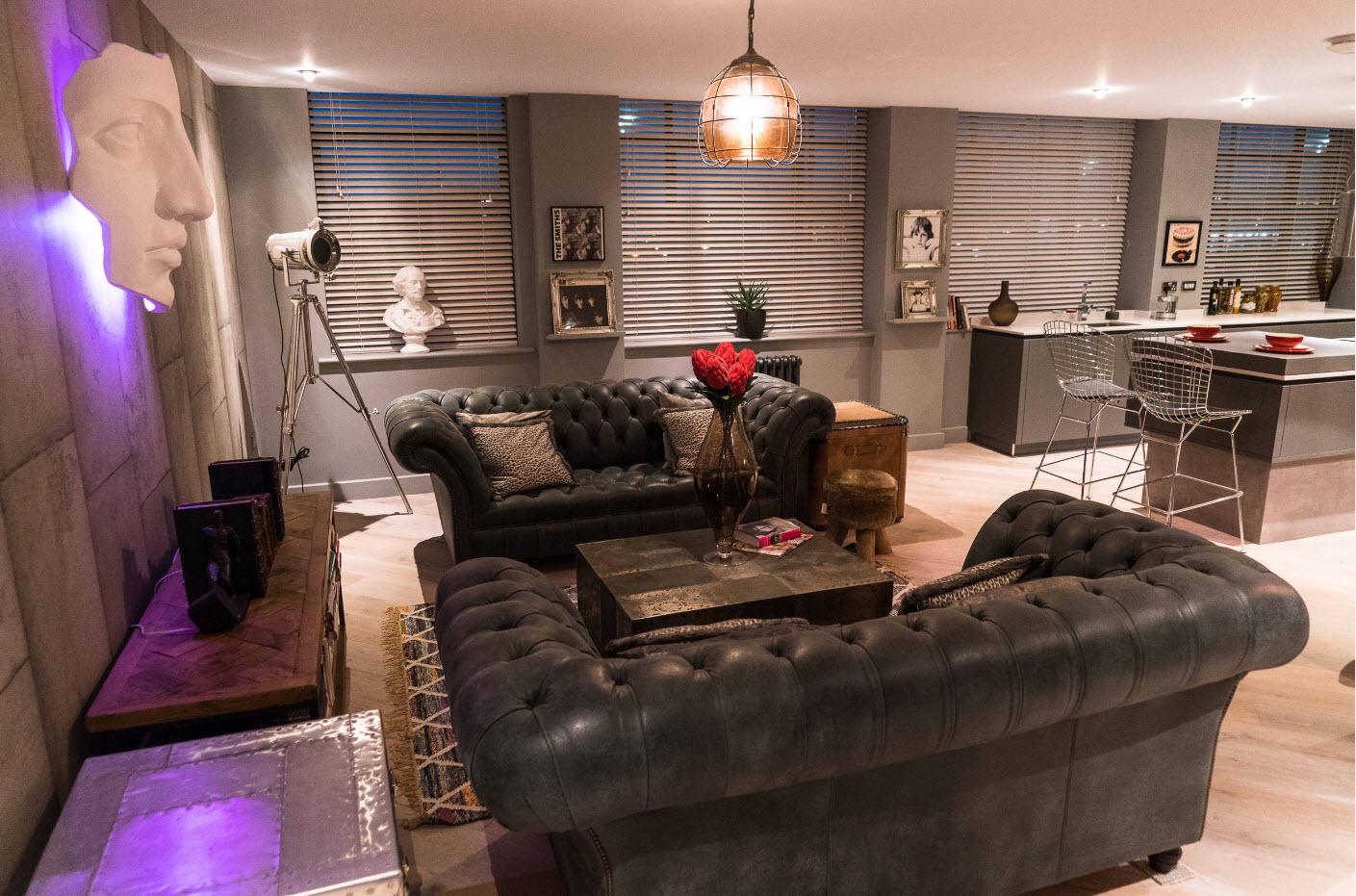 Пара темных диванов