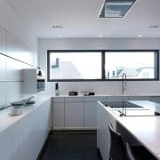 Белые фасады кухни в сочетании с темным полом