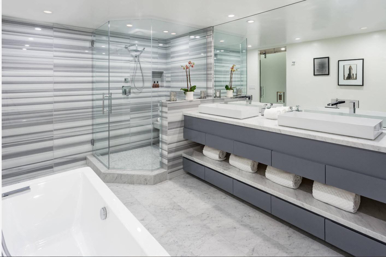В просторной ванной