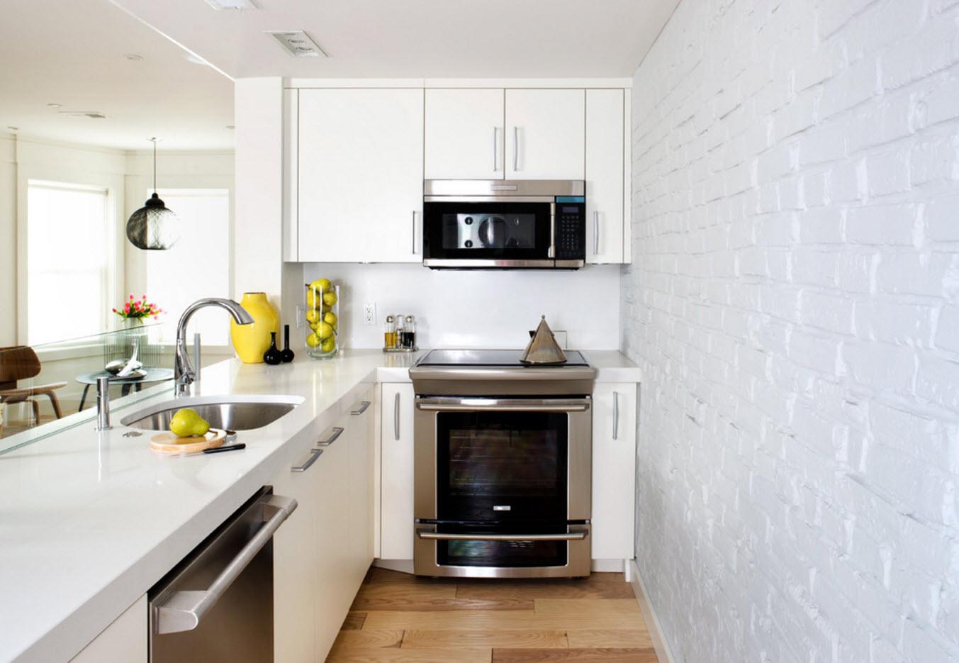 Беленый кирпич в кухонной зоне