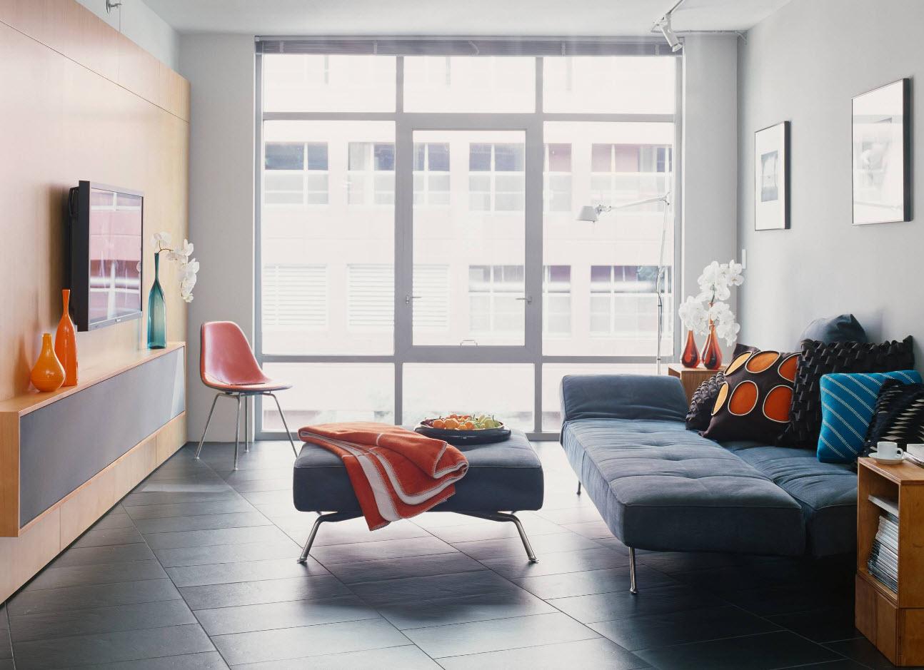 Светлая гостиная с панорамным окном
