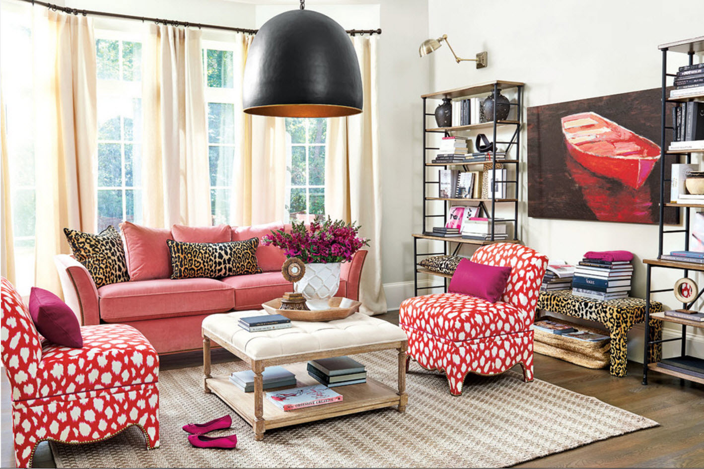 Акцент на яркую обивку мебели