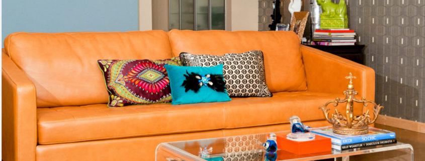 Яркий диван с кожаной обивкой в современном интерьере