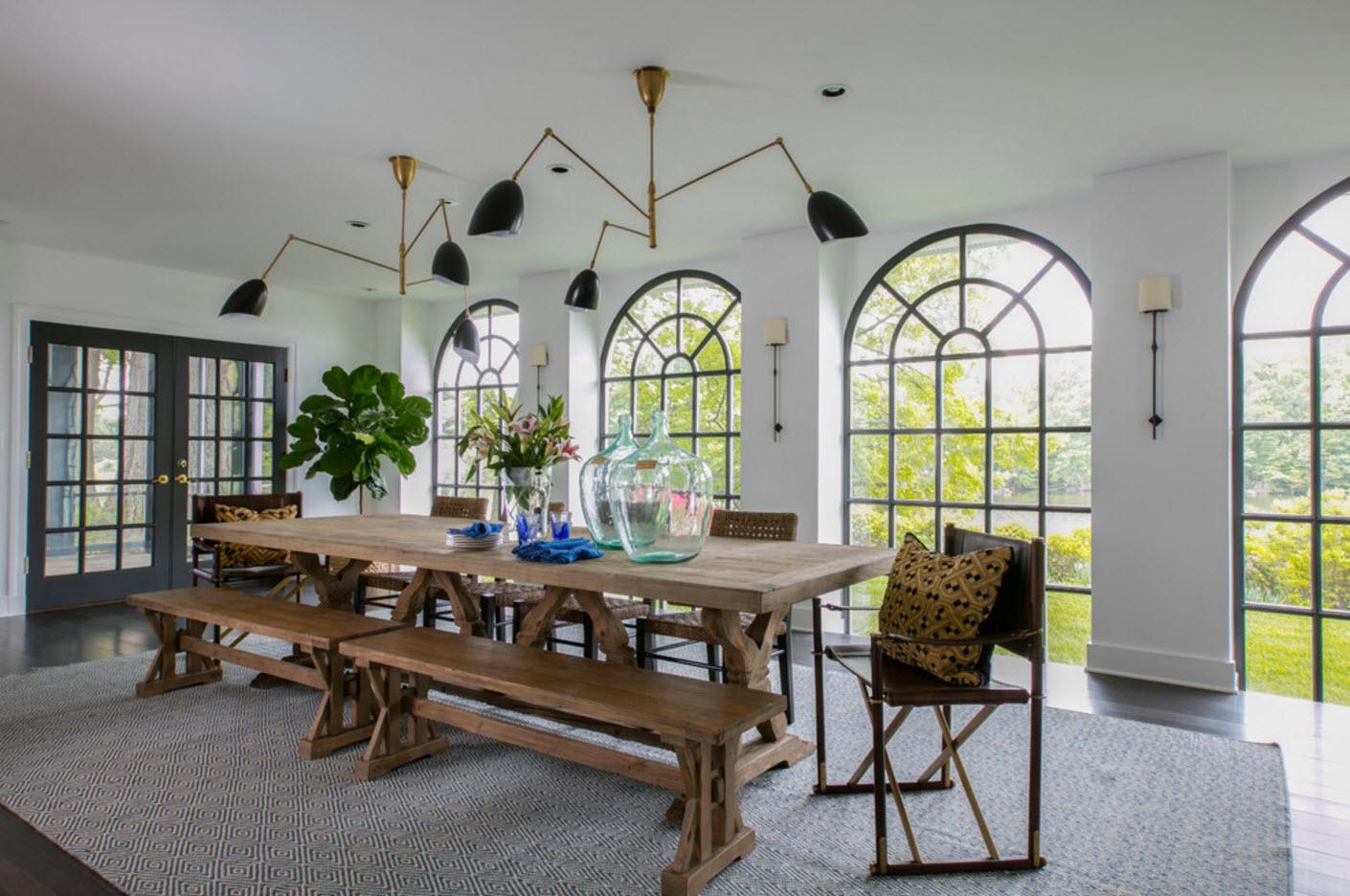 Столовая с огромными арочными окнами