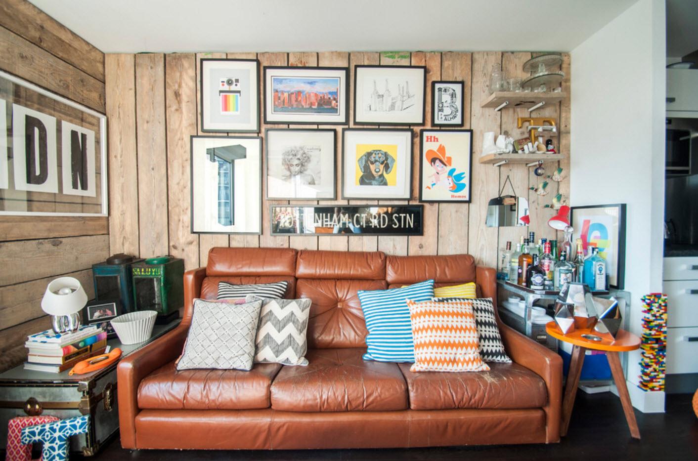 Кожаный диван в эклектичной гостиной