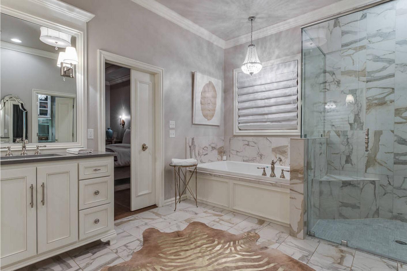 Просторная ванная в классическом стиле