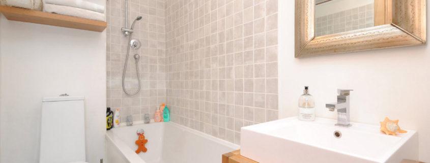 Белая ванная комната: дизайн с панно, кафелем и др 157