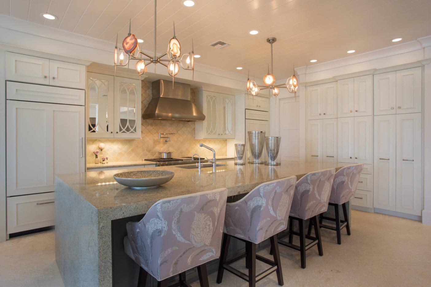 Светлые поверхности просторной кухни