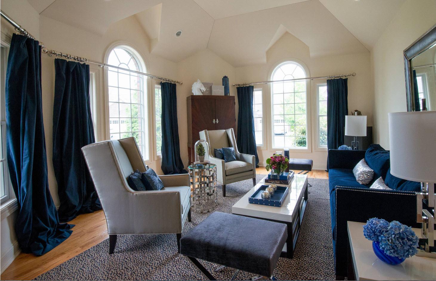 Плотные шторы под цвет обивки дивана