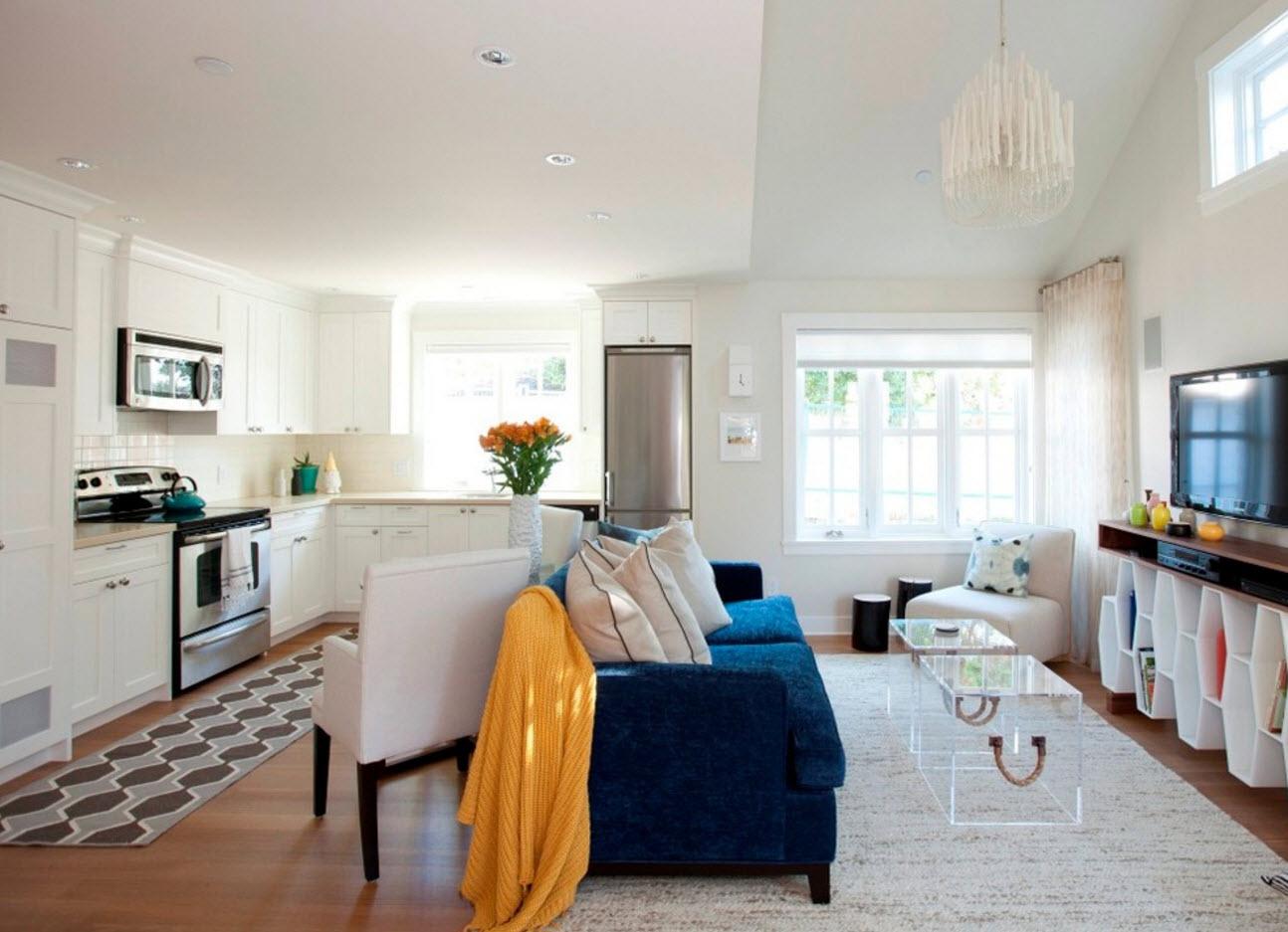 Акцент на диван в гостиной зоне
