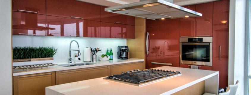 Современная кухня с глянцевыми фасадами