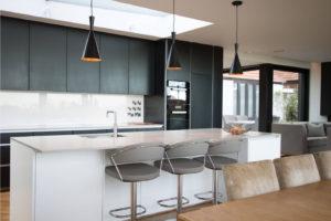Современный стиль для оформления кухни частного дома