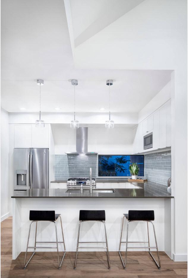 В белоснежной кухне с высоким потолком