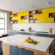 Яркое оформление фасадов современной кухни