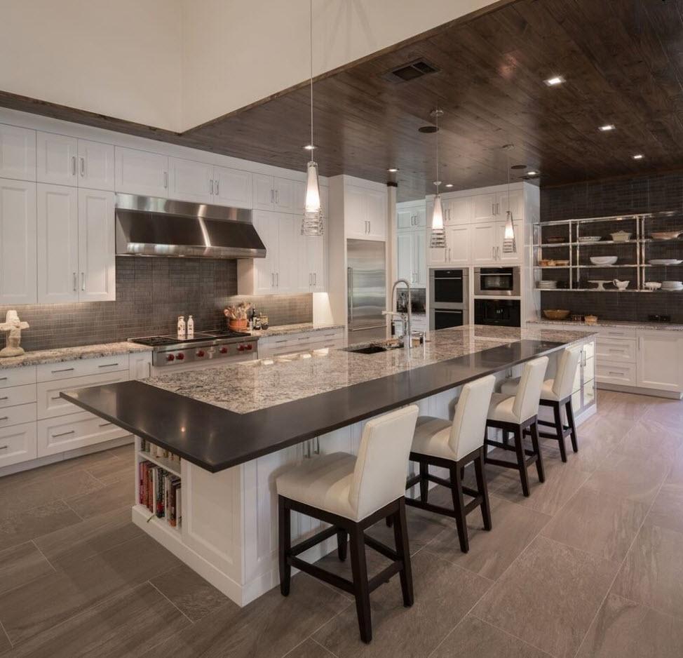 Просторная и стильная кухня