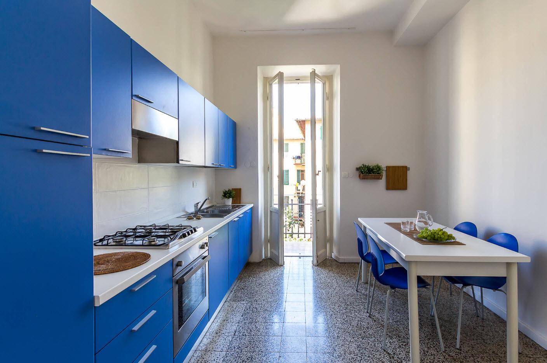 Яркие фасады для белой кухни