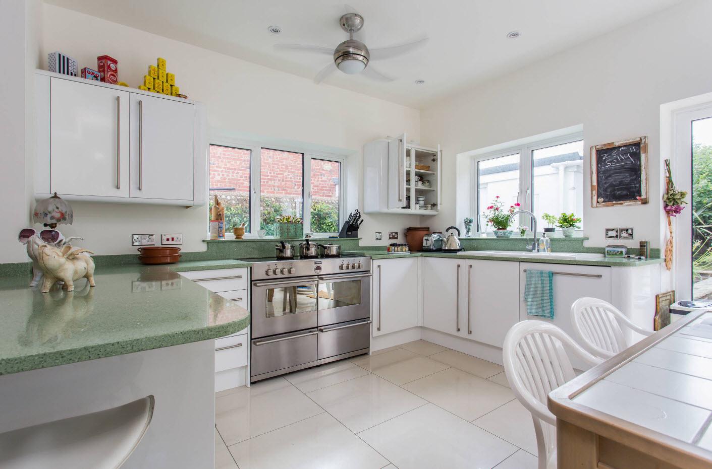 Белоснежный дизайн для светлой кухни