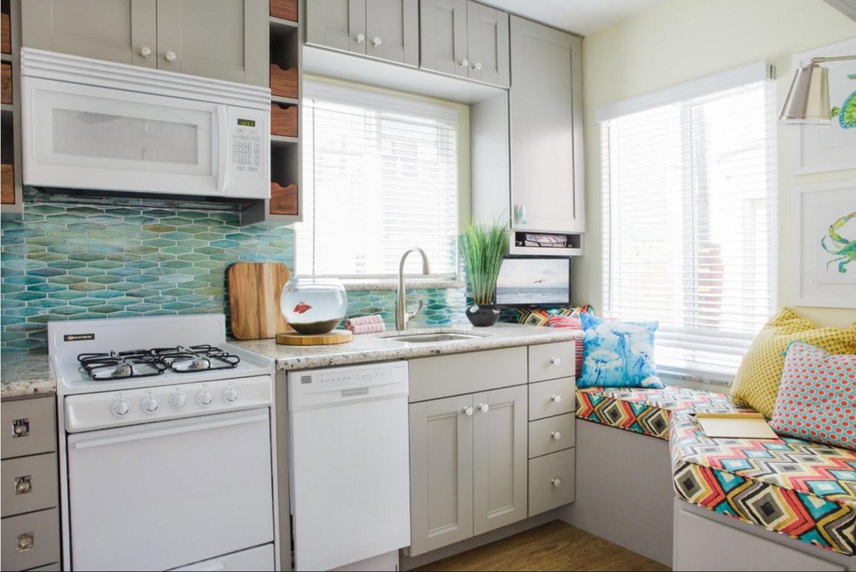Яркая обивка кухонного уголка