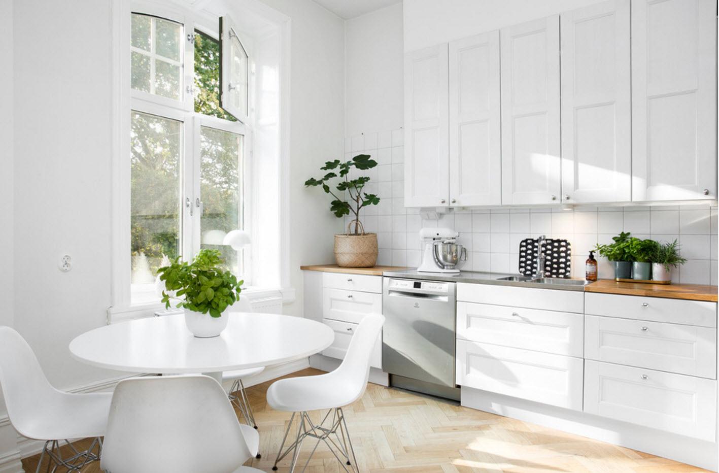 Залитая солнцем белоснежная кухня
