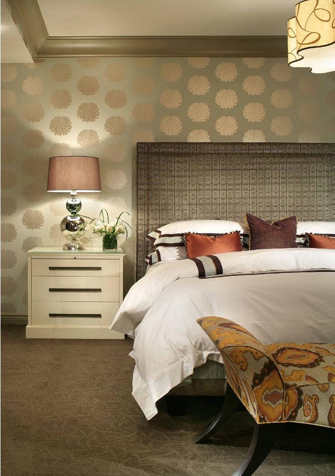 Металлический блеск на стенах спальни