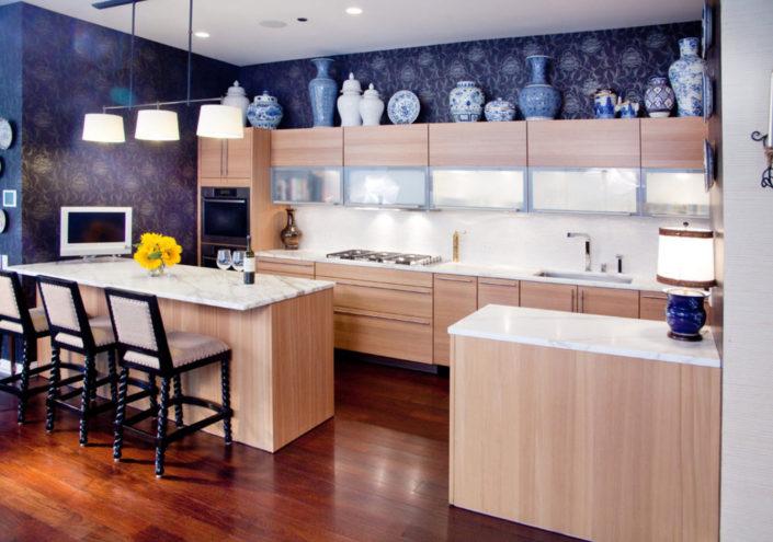 Яркие обои для отделки современной кухни