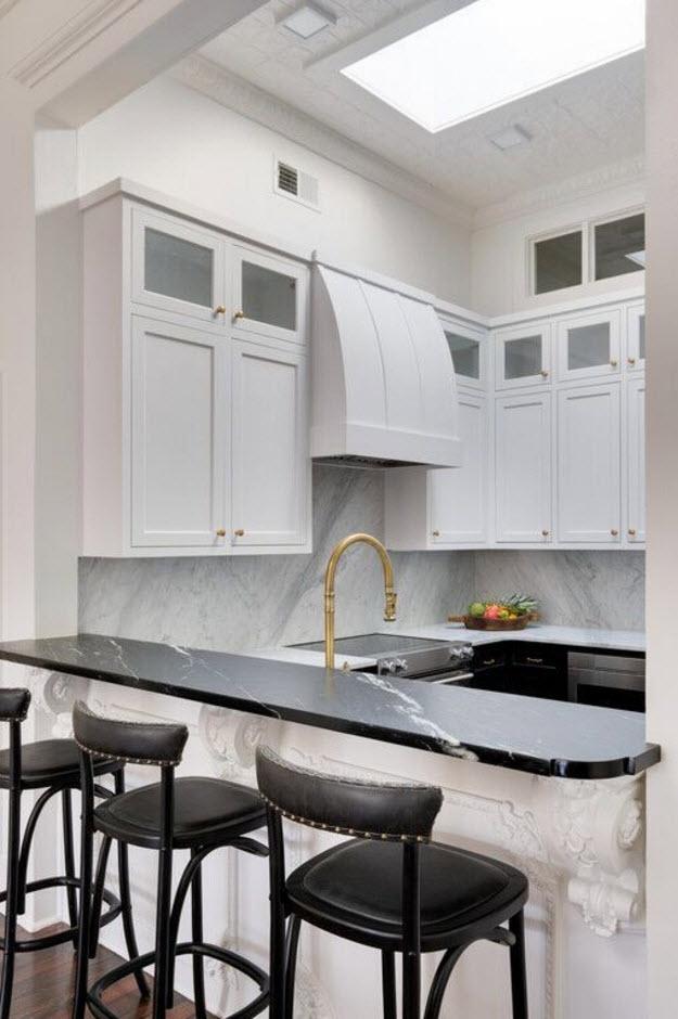 Темные пятна в белоснежной кухне
