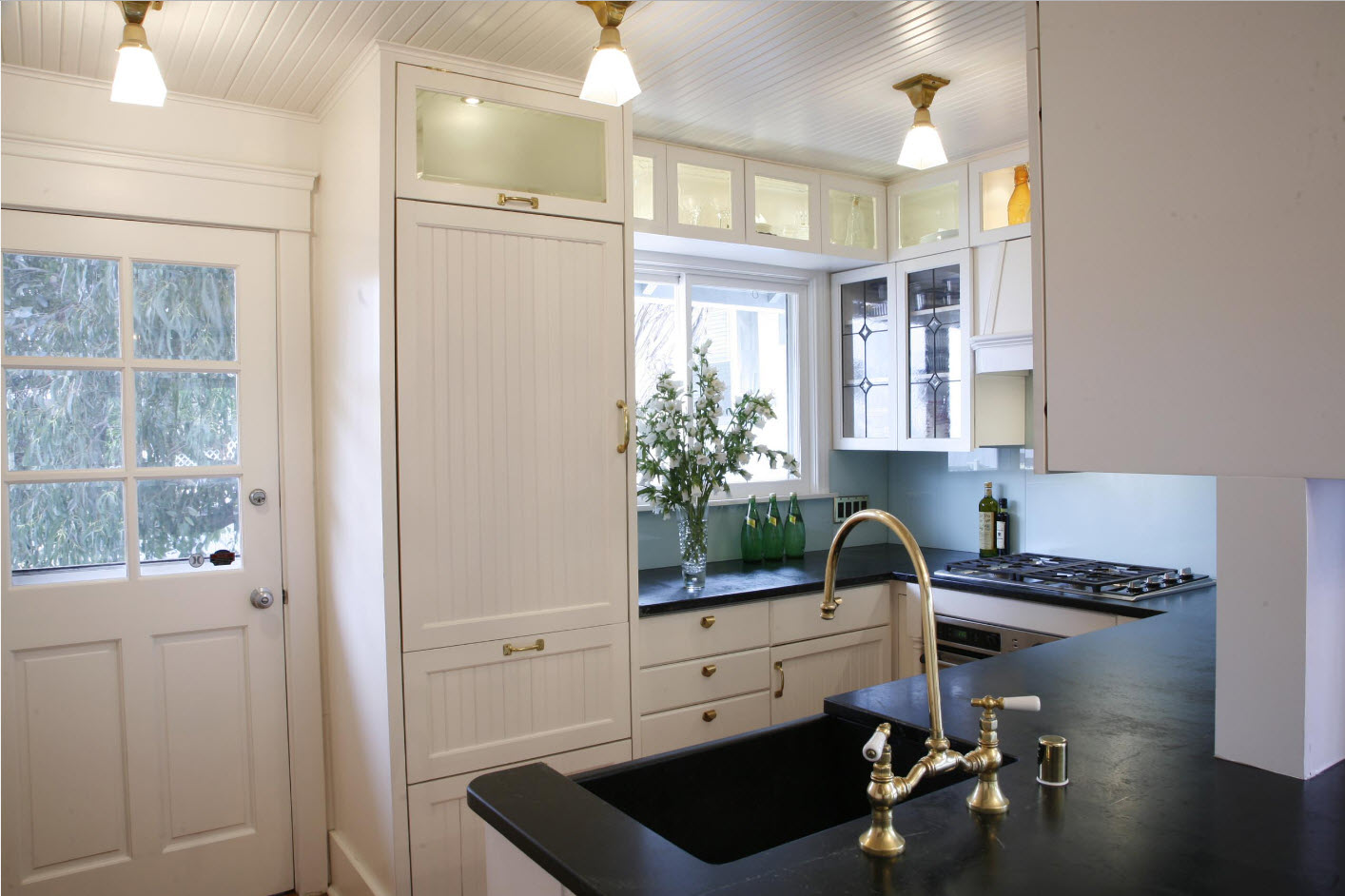 Темные столешницы для белоснежной кухни