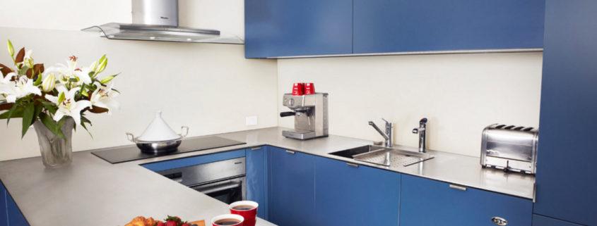 Яркая кухня для маленького помещения