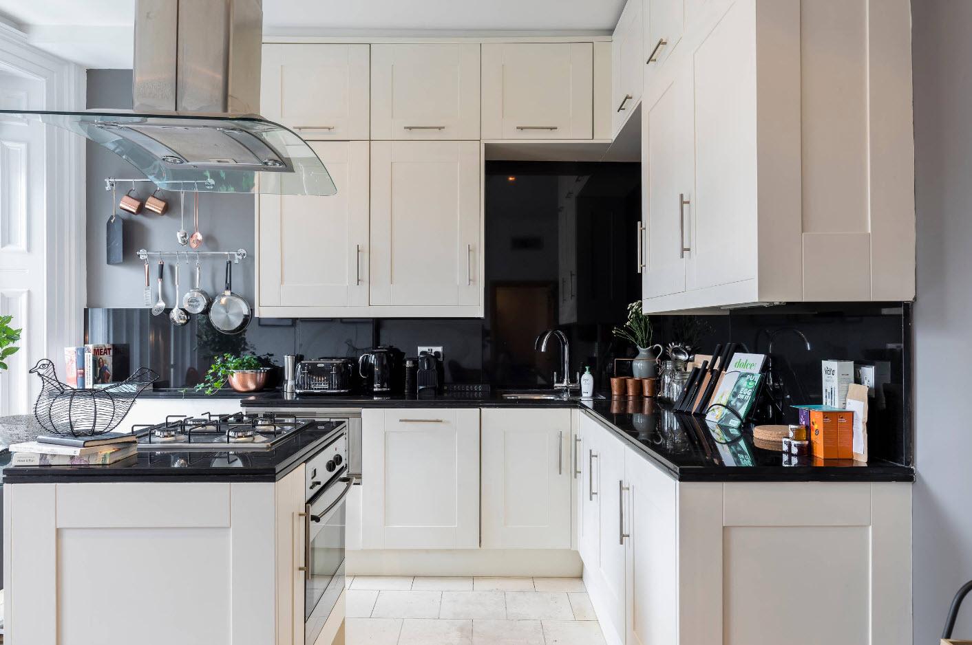Черный глянец для кухонного фартука