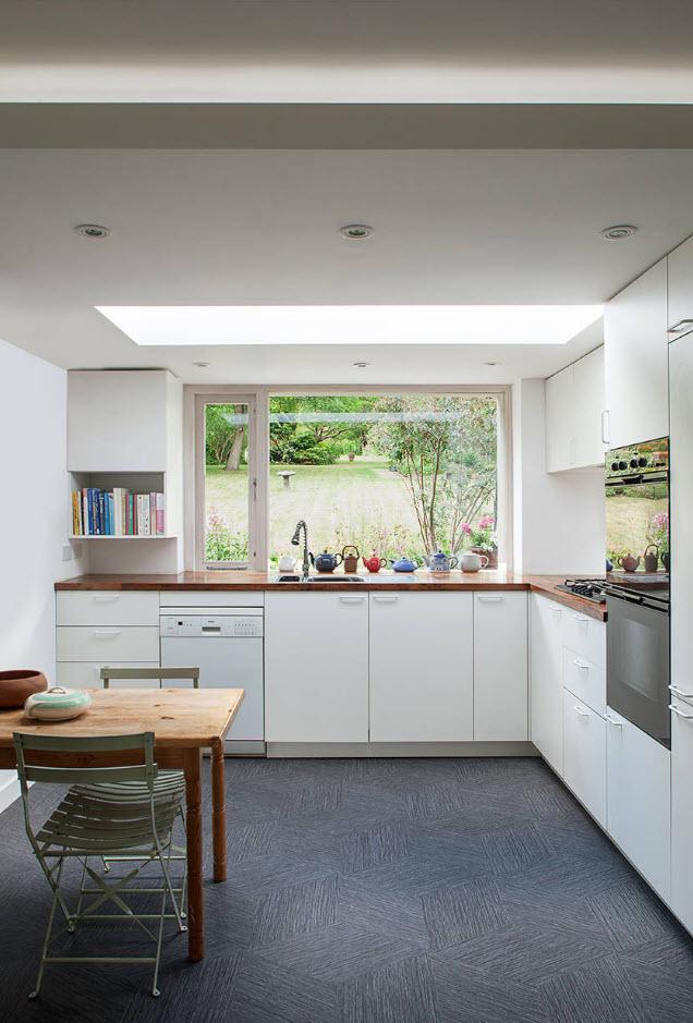 Темный пол для белой кухни