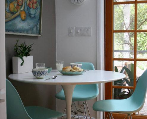 Компактный обеденный стол и дизайнерские стулья