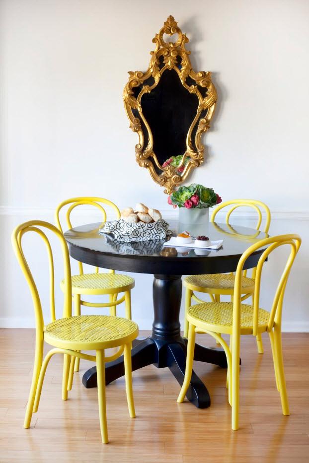 Яркие стулья для темного стола