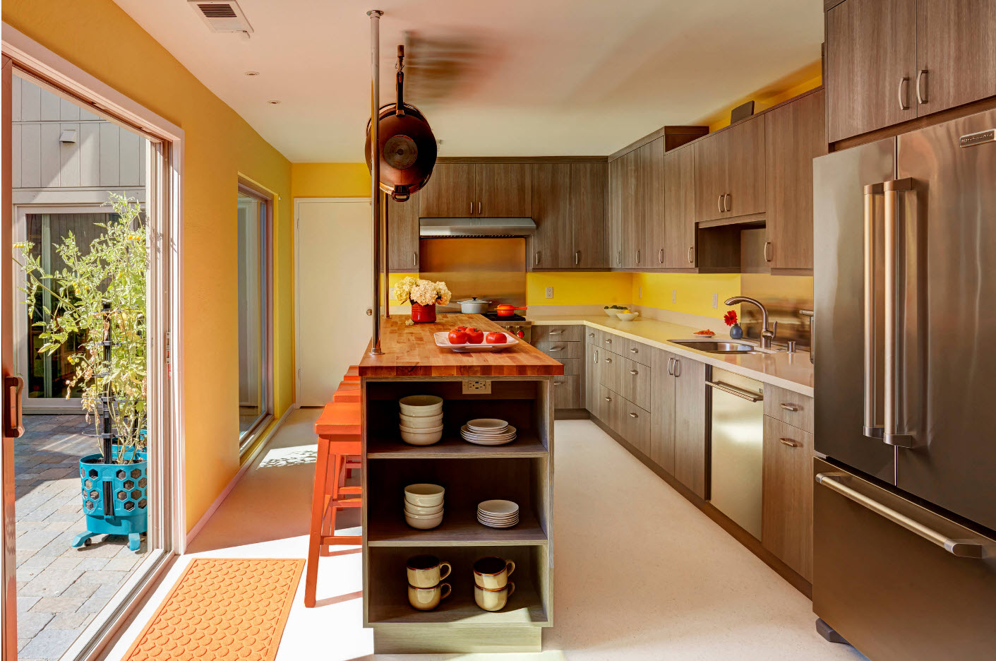 Интерьер кухни с выходом на задний двор