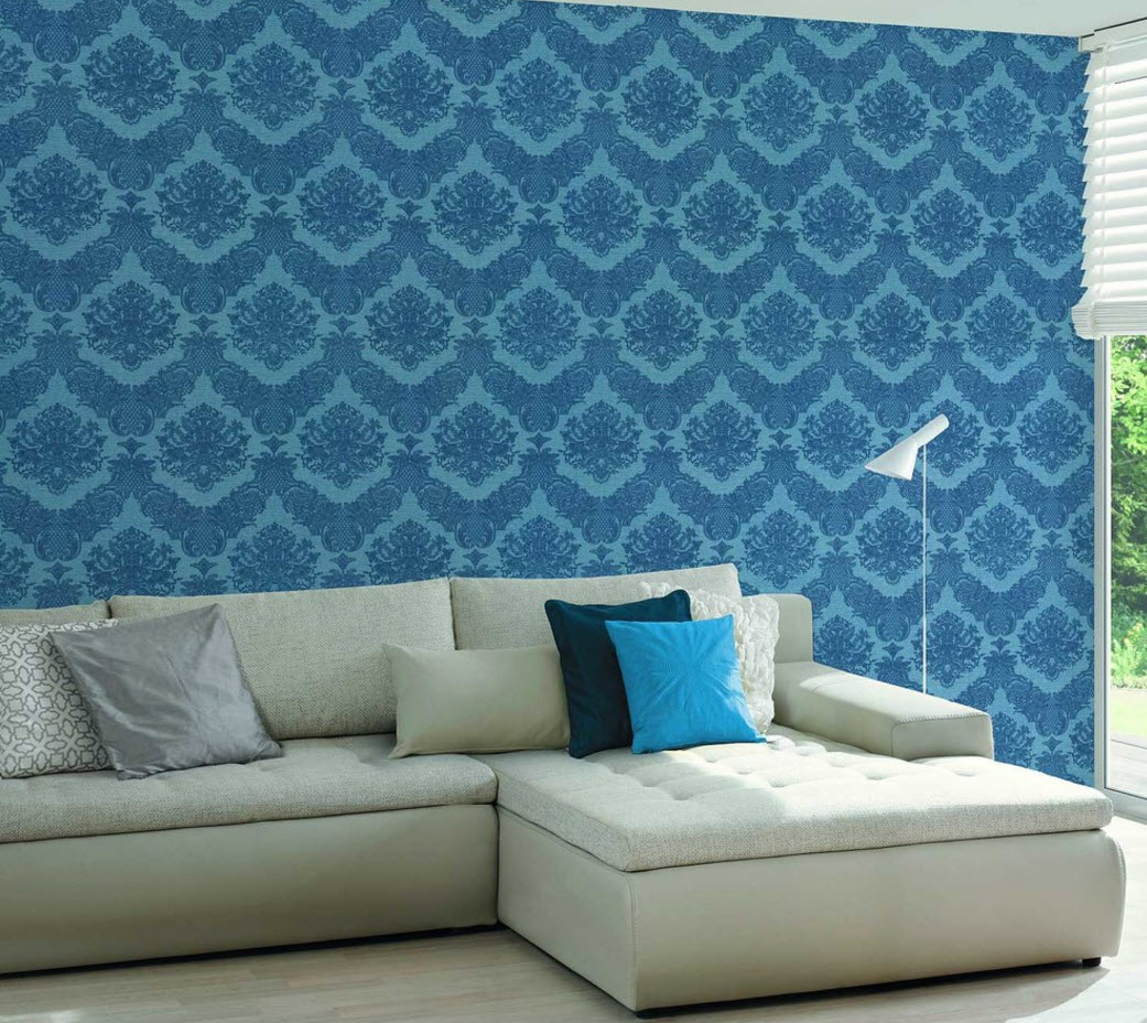 Однотонный диван на фоне обоев с рисунком