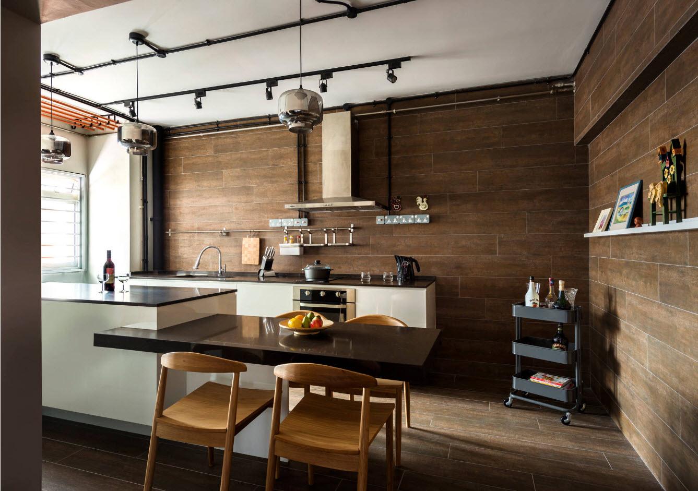 Кухня с темной отделкой
