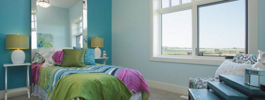 Яркое оформление спальни в частном доме