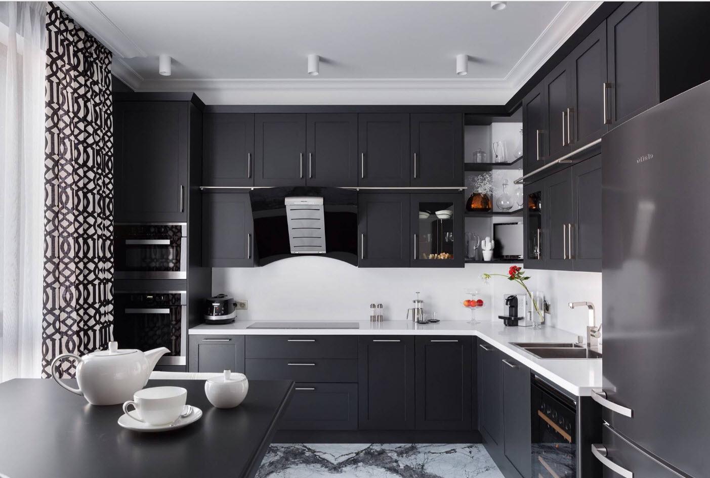 Кухонный гарнитур в темном исполнении