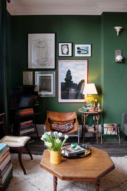 На фоне темно-зеленых стен