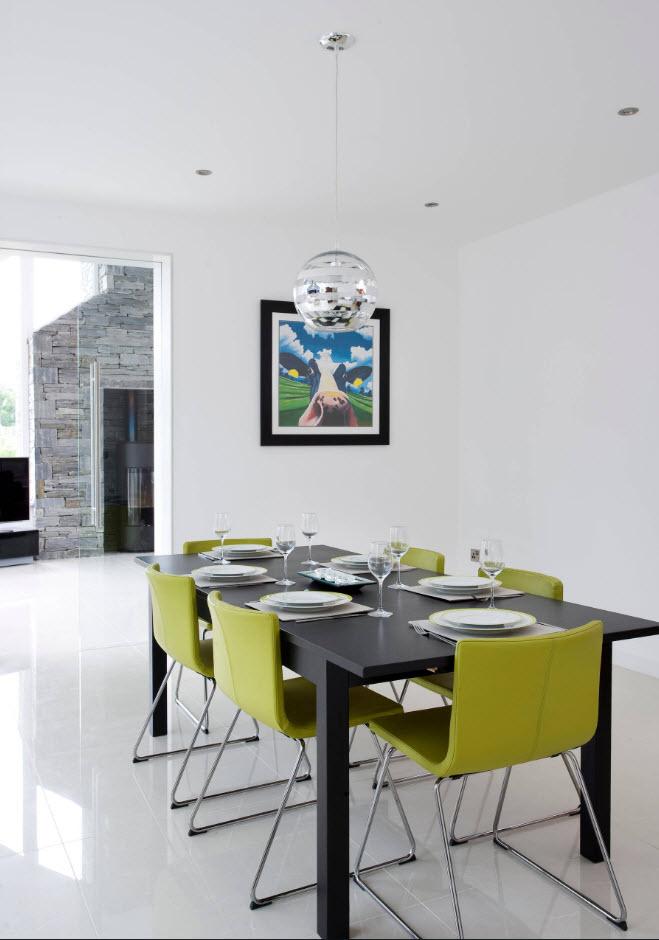 Яркие стулья в минималистском дизайне
