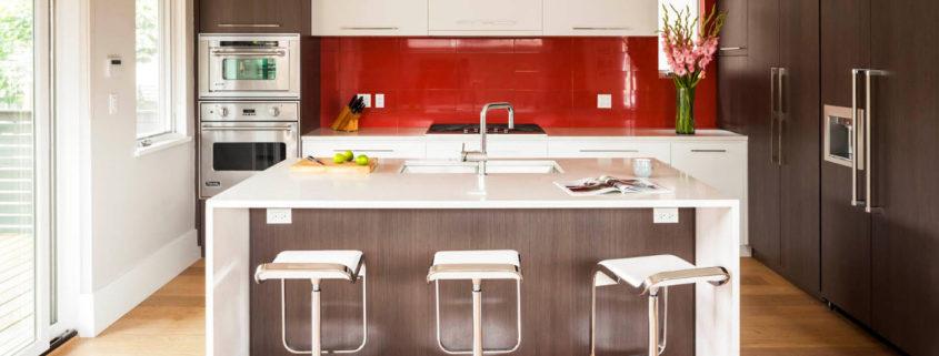 Яркое оформление фартука в современной кухне