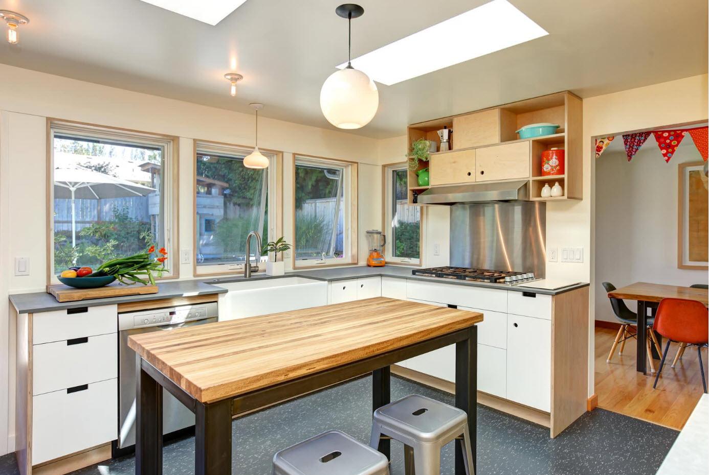 В просторной кухне
