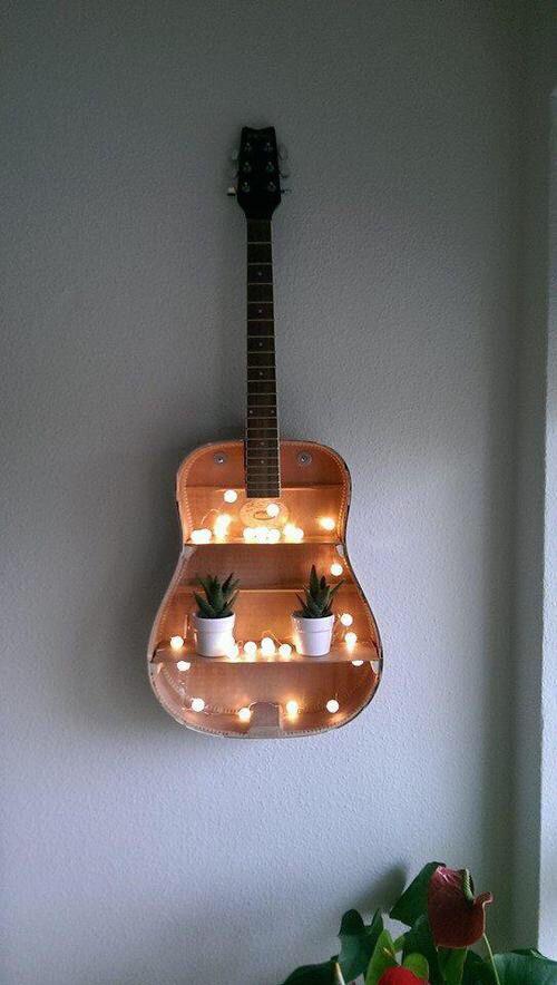 Полки внутри старой гитары