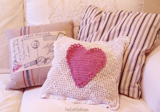 Вязаный чехол с сердцем