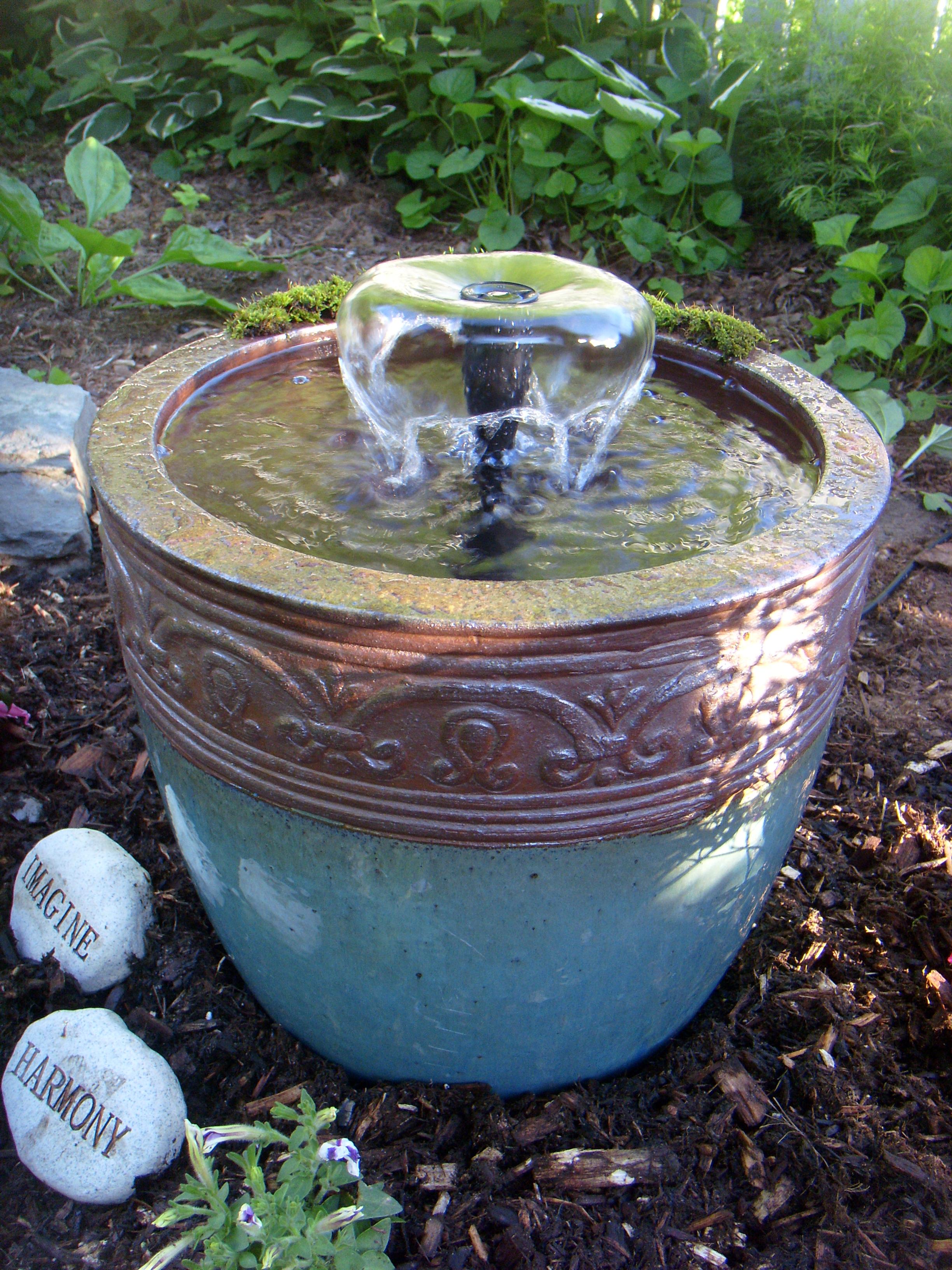 Чаша со струей воды