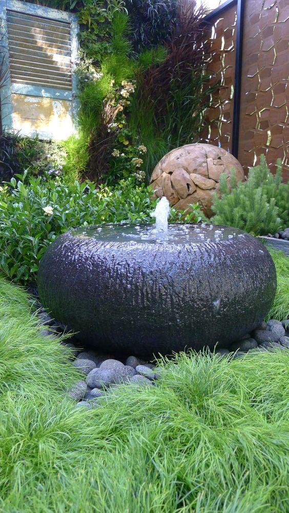 Вода омывает камень