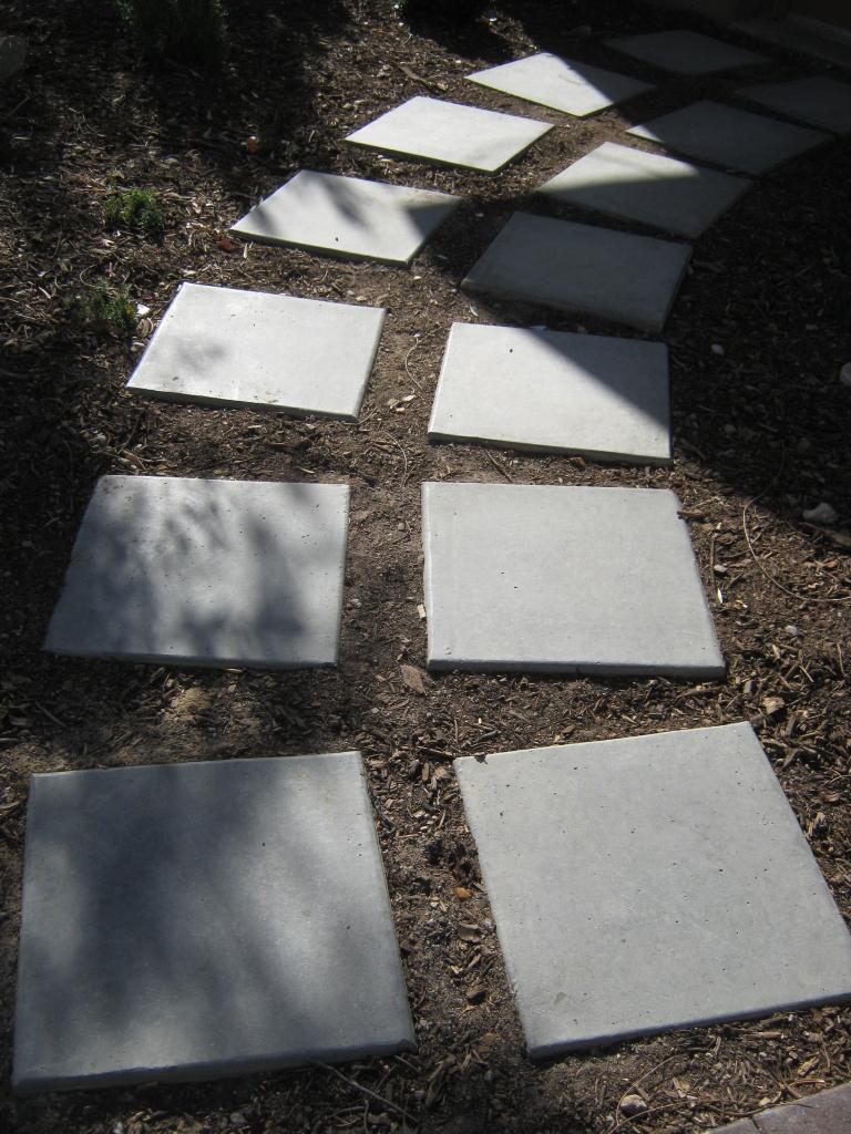 Дорожка из бетонных плит