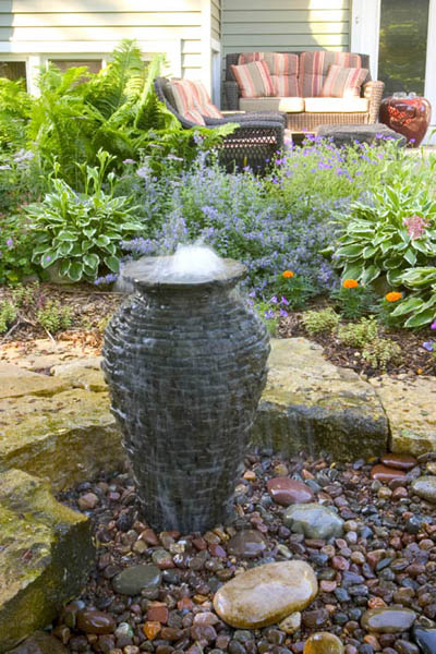 В окружении камней и растений