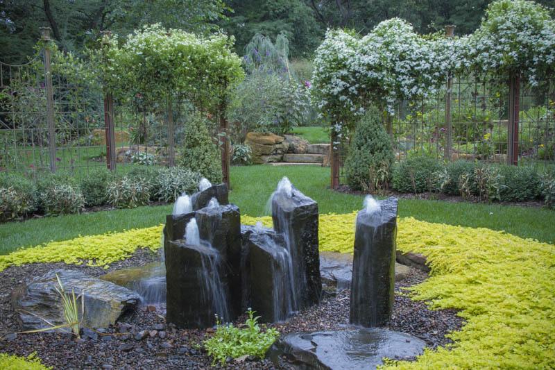 Водяные струи из камней