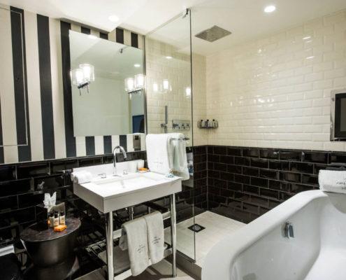 Современная ванная комната с черно-белым интерьером